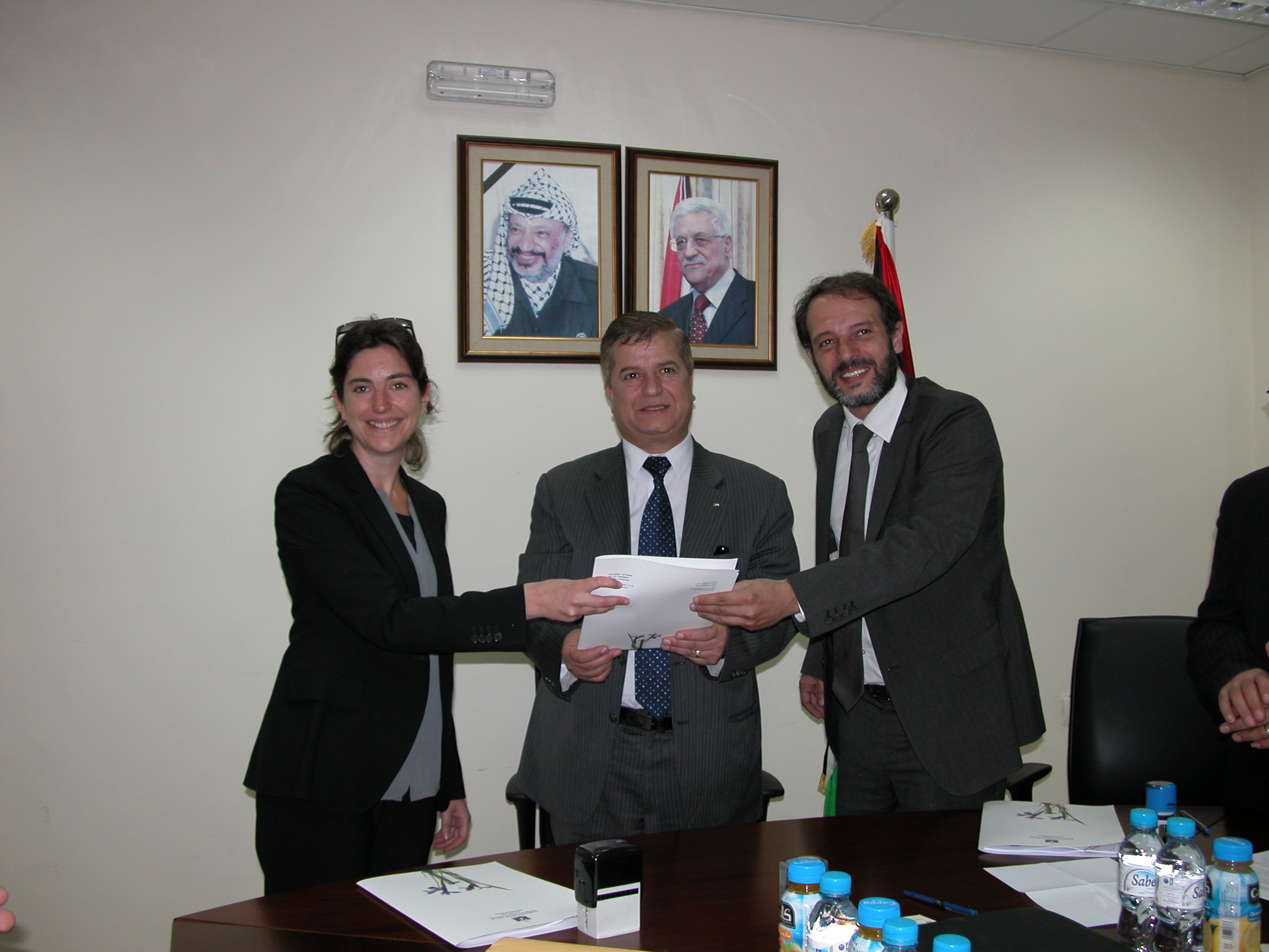 Representatives of MdM-France and MdM-Swiss with the Minister of Health of Palestine during the signature on to a project aimed at improving mental health care for children and adolescents in Nablus governorate - April 2014 ©MdM